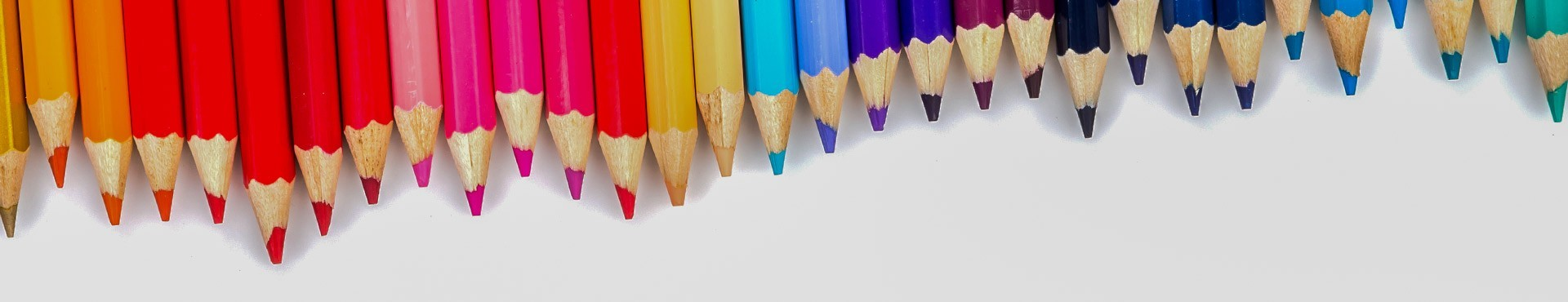 Lápices de colores y esbozo sueltos